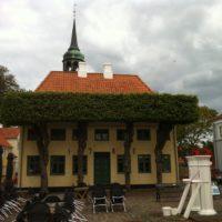 Rathaus - Die Hecke ist wohl etwas über den Kopf gewachsen!